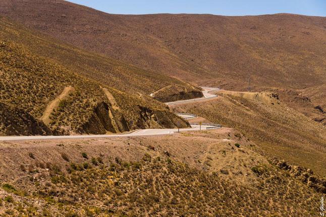 Passstraße in den Bergen in Bolivien
