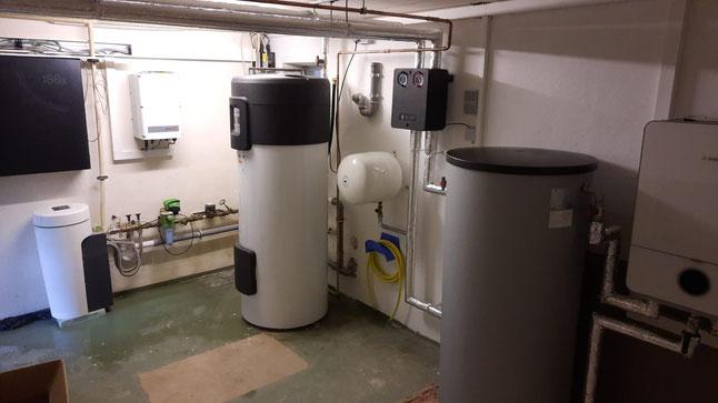 Photovoltaik mit Warmwasser-Wärmepumpe (links an der Wand Wechselrichter der PV-Anlage, mittig die Bosch Warmwasser-Wärmepumpe und rechts die Bosch Wärmepumpe) © iKratos