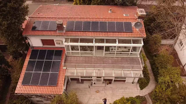 Photovoltaikanlage auf einem Mehrfamilienhaus © iKratos