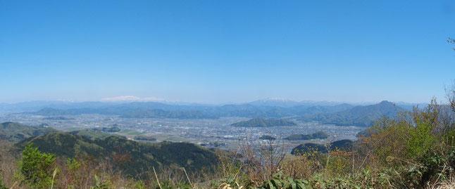鬼ヶ嶽山頂から白山展望・・・今春一番の展望の下での食事は格別です。