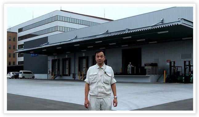 エフピコアルライト本社工場(岡山県笠岡市)の前に立つエネルギー管理士・本田日出男さん