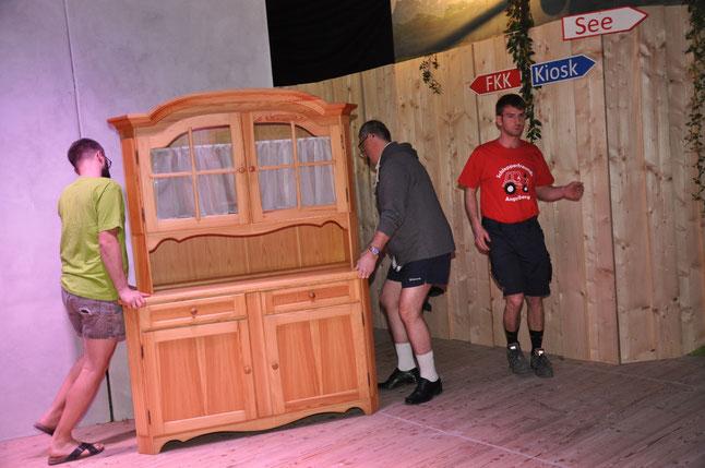 Die Bühne muss für Einiges herhalten. Campingplatz und Wohnzimmer. Da darf die Schrankwand nicht fehlen.