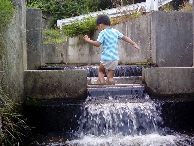 英語でCanals用水路で遊ぶ子供