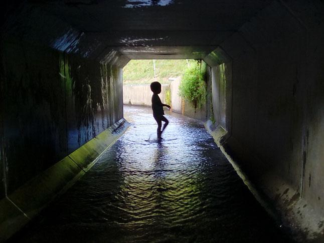 英語でCanals用水路で遊ぶ子供の様子