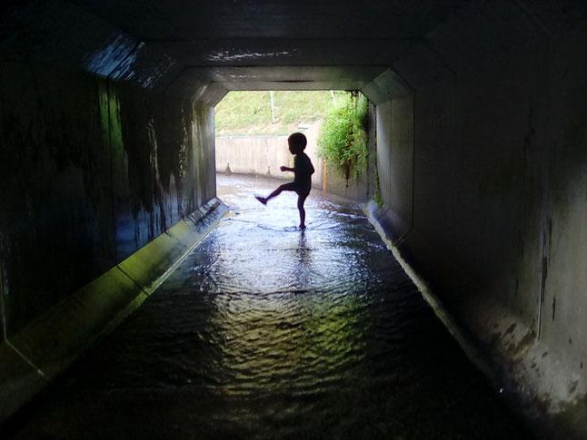 英語でCanals用水路で遊ぶ子供の画像