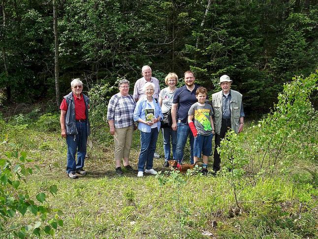 Gruppenfoto auf Waldlichtung bei schönem Wetter