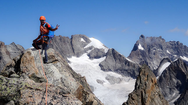 Guide détendu et content au sommet de la Centrale du Soreiller...