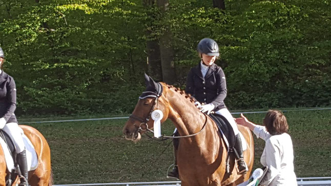 Sophia mit Finessa - Siegerehrung A-Dressur in Bad Schussenried