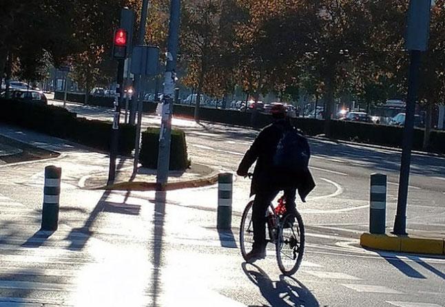 En Valencia ciudad, ni un solo semáforo en rojo existen para los ciclistas, nunca lo respetan.