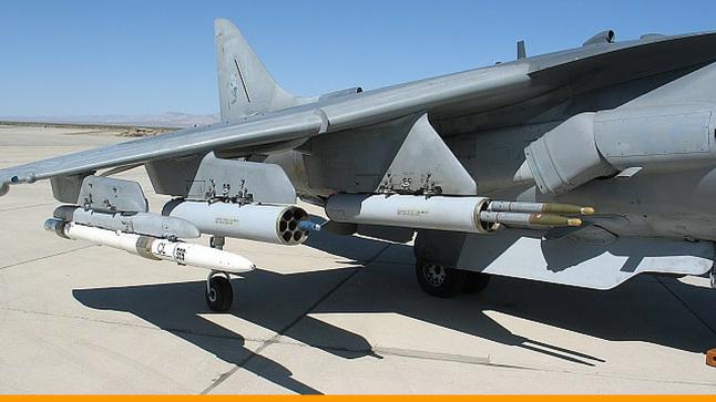Il nuovo sistema APKWS di BAE System installato sul pilone dell'Harrier. (Foto: BAE System)