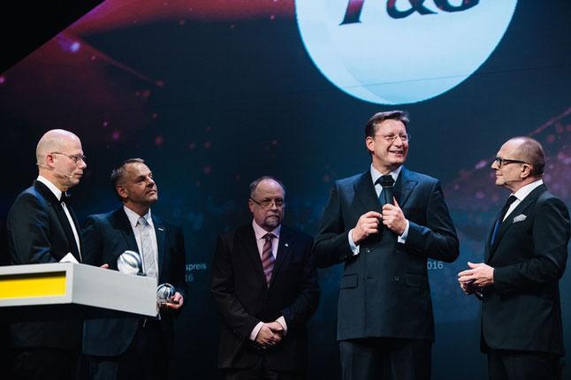Verleihung des Sonderpreises Ressourceneffizienz 2016: V.l.n.r. Prof. Dr. Günther Bachmann (Rat für Nachhaltige Entwicklung), Helmut Fliegl (Fliegl Fahrzeugbau), Dr. Burkhart Lehmann (Institut Bauen und Umwelt), Franz-Olaf Kallerhoff (Procter & Gamble) un