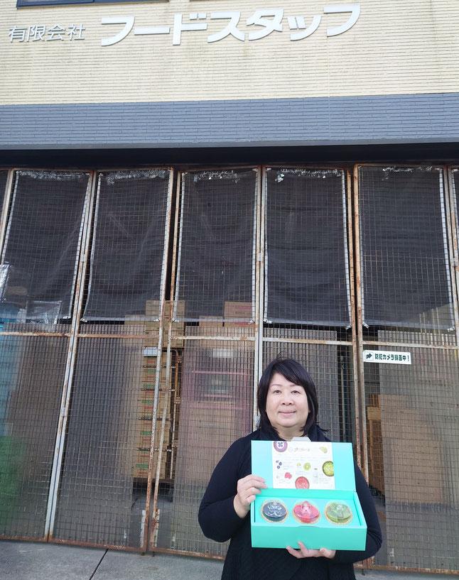 溝邊利江社長と店舗の写真