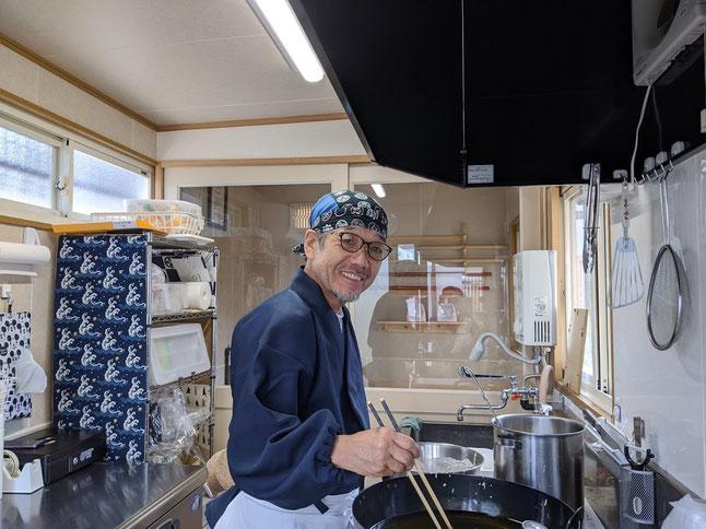 手打ち蕎麦のお持ち帰り専門店をオープンした 秦鉄也氏の写真