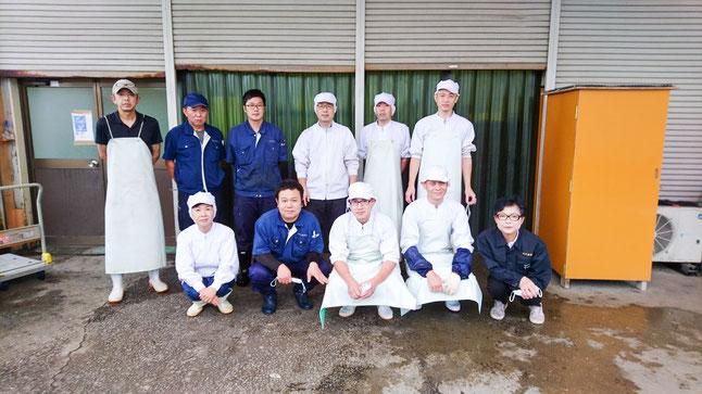 従業員と大塚社長の写真
