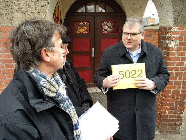 Baustadtrat Stephan Richter (re.) nimmt symbolisch die Unterschriften des Einwohnerantrages entgegen