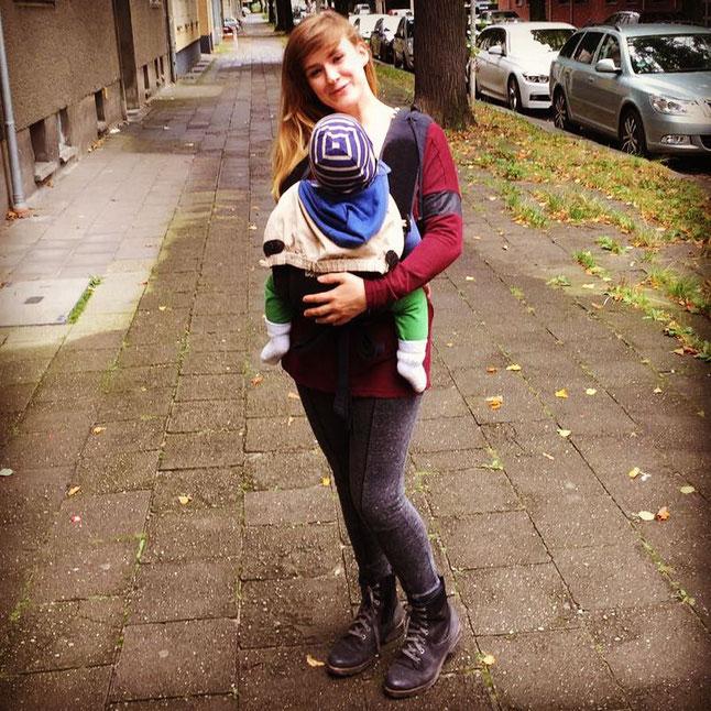 Mama-Bloggerin von patschehand.de mit Baby in der Trage; Tragemama; Babytrage