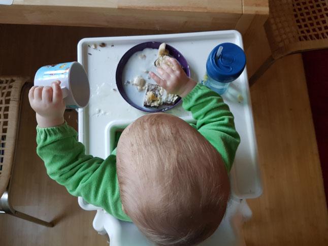 Kleinkind beim breifreien Essen: Viel Putz-Aufwand danach gehört dazu. Hacks und Tipps auf Mama-Blog Patschehand.de