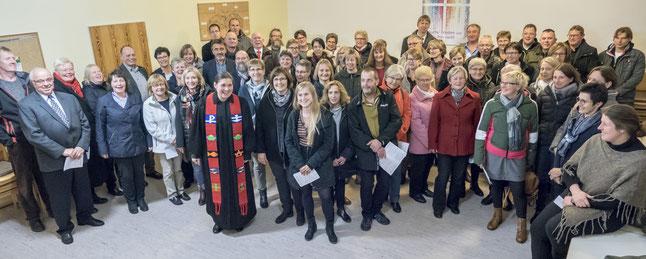 Der neue und alte Kirchenvorstand der Kirchengemeinde Diemelsee erwartet seine Einführung. Für Pfarrerin Anna-Katharina Heyser ist dies ebenso wie für sieben weitere Vorstandsmitglieder eine kleine Prämiere, sie sind erstmalig mit dabei.