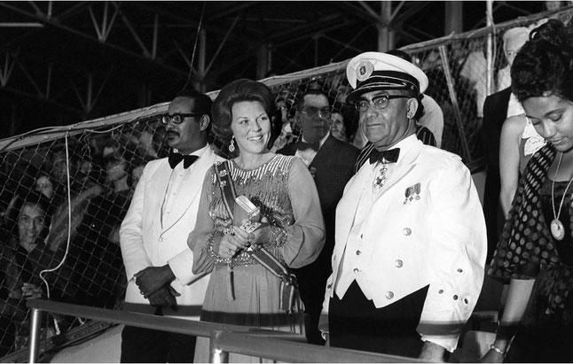 Prinses Beatrix en president Johan Ferrier tijdens de onafhankelijkheidsceremonie in 1975