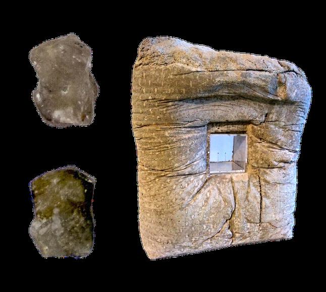 La sculpture (à droite). Zoom sur le grain sculpté et son modèle (à gauche)