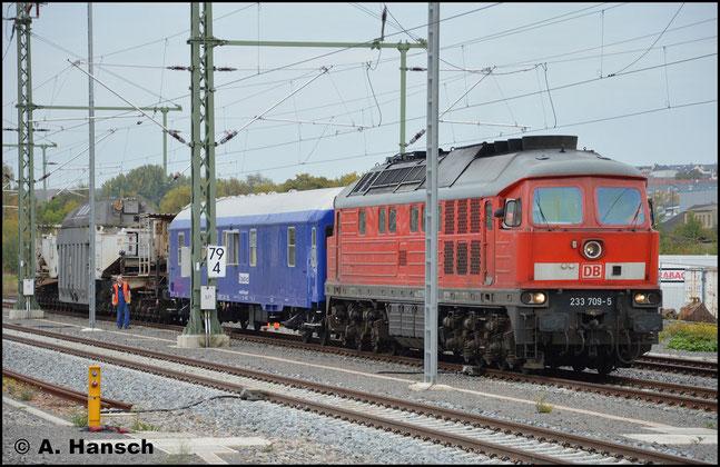 """233 709-5 (ex DR 132 709-7) ist die letzte von der DR in Dienst gestellte """"Ludmilla"""". Am 13. Oktober 2014 fährt die Maschine einen Alttrafo aus dem Pumpspeicherwerk Markersbach nach Halle. Hier ist die Fuhre kurz vor Abfahrt in Chemnitz Hbf. zu sehen"""
