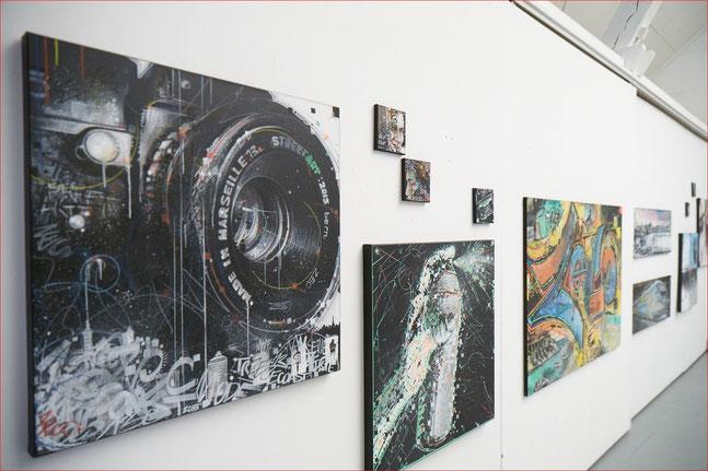 Ausstellungswand mit Bildern des Künstlers Zeco.