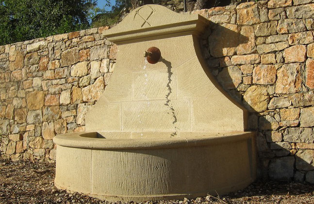 fontaine-pierre-adossee-murale-taille-thoronet-var-83-vente