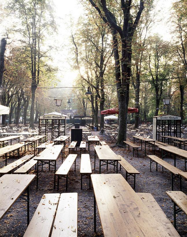 Biergarten Menterschwaige im Herbst als Farb-Photographie, Muenchen