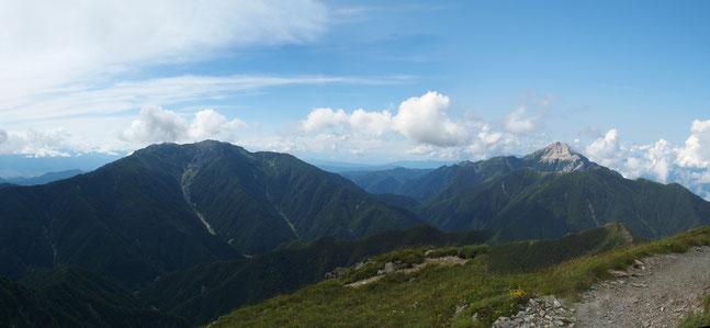 肩の小屋はすぐそこ・・・振り返ると仙丈ヶ岳と甲斐駒ヶ岳の雄姿が目に飛び込んできた。                  憧れの山の一つです。