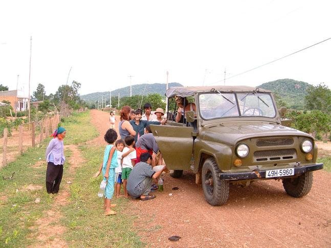 Das Benzin ging aus, der Fahrer verschwand mit einem Benzinkanister und die Dorfbewohner kamen, weil wir die Neuigkeit des Tages waren