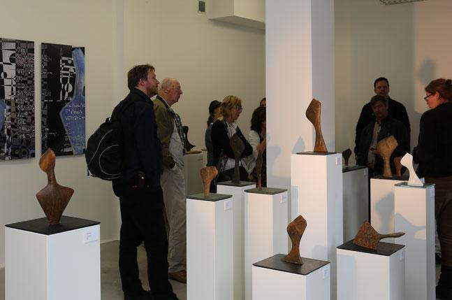Heidrun Feistner: Engel der Geschichte / Blick in den Ausstellungsraum der Gießerei und Galerie Flierl / Foto Jean Molitor