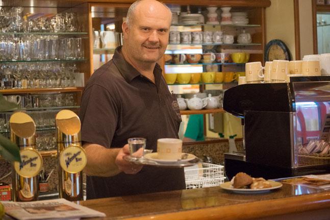 Bäckermeister Helmut Kern serviert im Cafe die hausgemachten Köstlichkeiten.