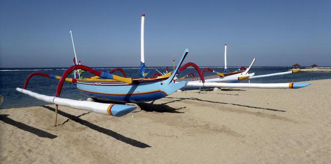 Bild: Panoramabild Fischerboote (Junkungs) am Strand von Sanur auf Bali