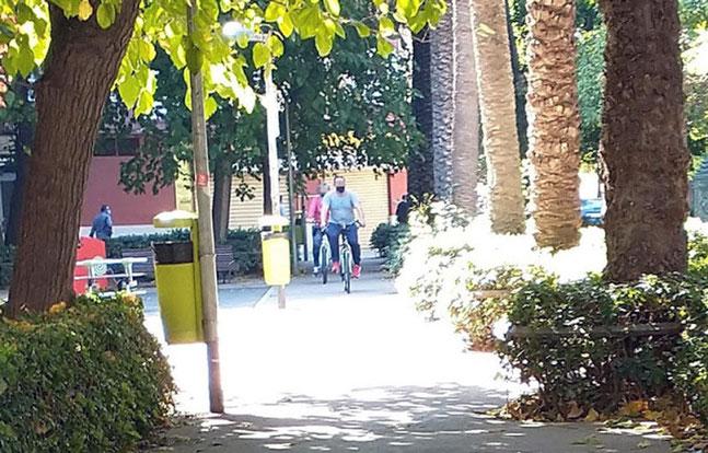 Después tenemos los parques y jardines prohibidos para las bicis y patinetes y que tampoco respetan, poniendo en peligro a los niños.