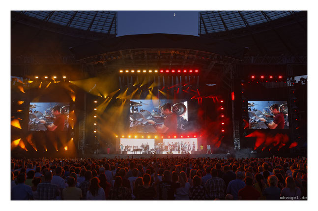 phil collins - still not dead yet @ olympic stadion berli, germany // photo and copyright by manfred h. vogel / mhvogel.de