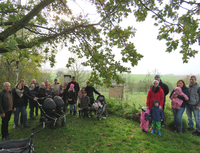 Die bei der Baumpflanzaktion beteiligten Segelhorster Familien - im Hintergrund das neue Insektenhotel. FOTO: ah