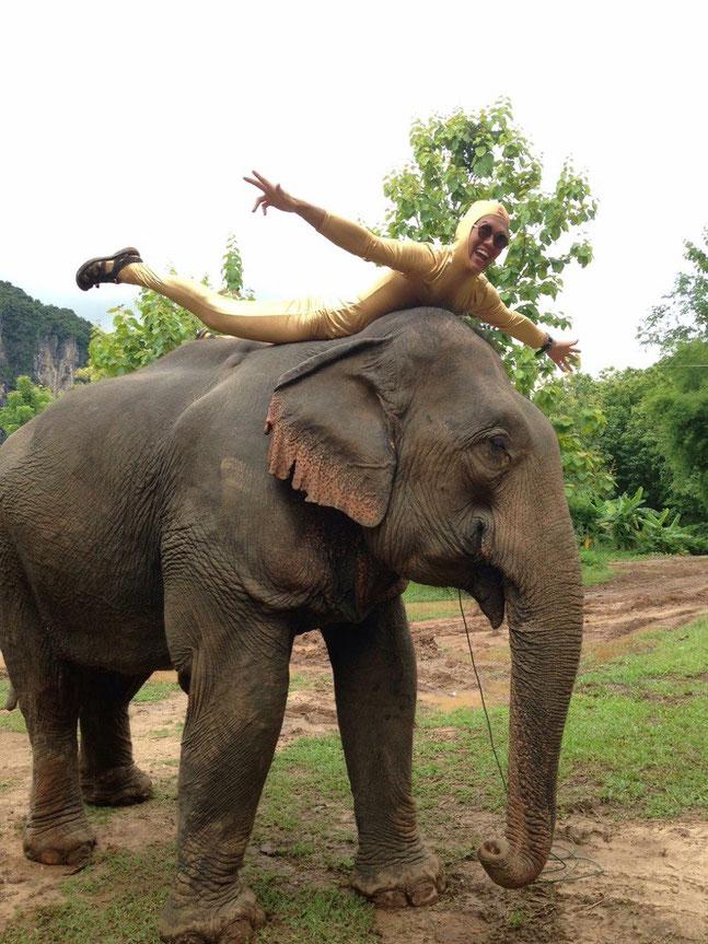 ゾウと金色全身タイツinラオス