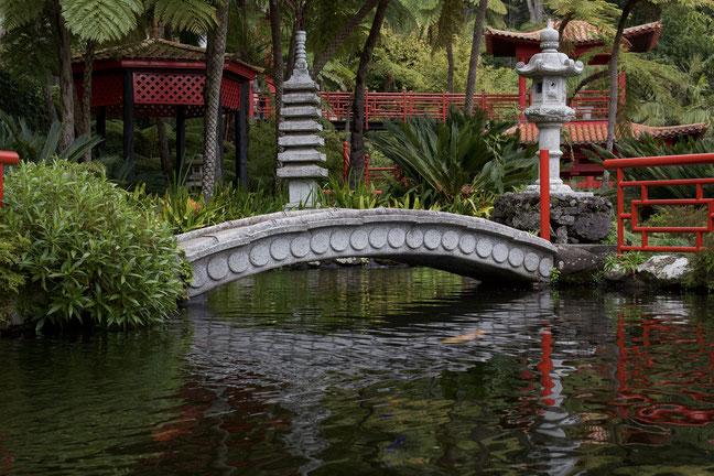 Koiteich mit Pagode, Brücke und japanischen Statuen
