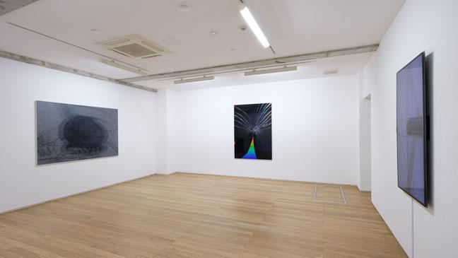 左から, 《Sub image(石と鏡2)》油彩・キャンバス, 130x194cm, 2019、《享楽平面A》. タイプCプリント, 170c120cm, 2019、《享楽平面B》, モニター・ビデオカメラ・鏡, サイズ可変, 2019