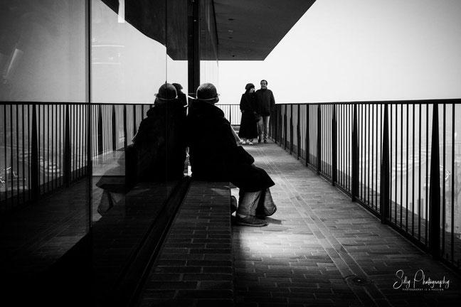 Hamburg / Elbphilharmonie Plaza, Streetfotografie, 2017, © Silly Photography