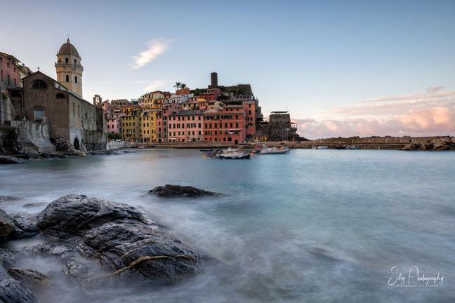 Italien / Ligurien / Cinque Terre / Vernazza, Langzeitbelichtung, Sonnenaufgang, 2019, ©Silly Photography