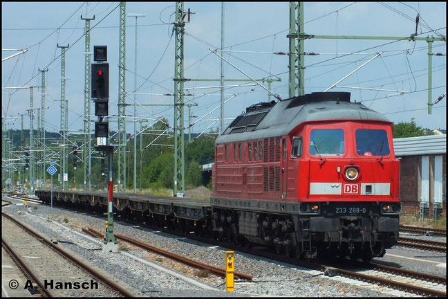 Am 15. Juli 2014 durchfährt ein leerer Militärtransport aus Marienberg kommend den Chemnitzer Hbf. Zuglok ist 233 288-0
