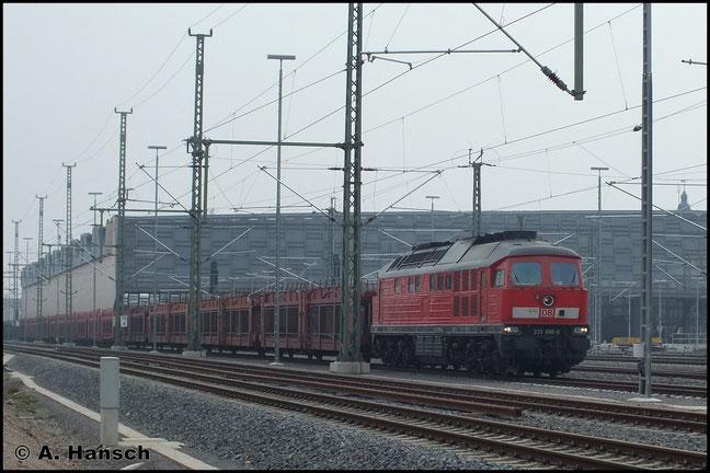 """233 698-0 durchfährt mit langem Autoleerzug am 4. April 2014 Chemnitz Hbf. Das eine """"Ludmilla"""" den Zug nach Tschechien übernimmt, ist die Ausnahme. Die Fuhre ist normalerweise durch E-Traktion bespannt"""