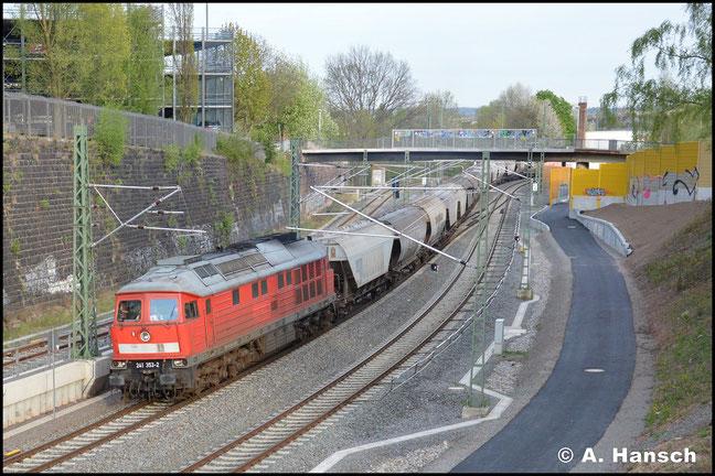 Nach z-Stellung im August 2013 setzt die Maschine ihre Karriere inzwischen bei der EBS fort. Mit Getreidezug fährt sie am 29. April 2015 auf Chemnitz Hbf. zu