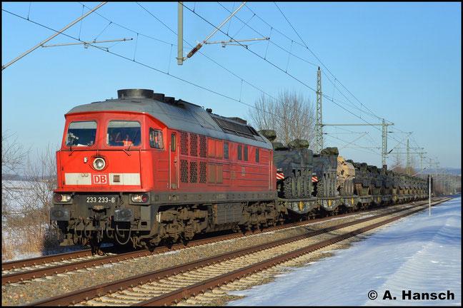 Ein weiteres mal begegnet mir 233 233-6 mit dem Militärzug M 62597 (Marienberg - Weißkeißel) am 15. Februar 2017 in Chemnitz-Hilbersdorf