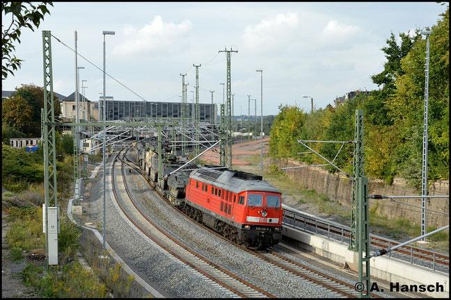 Die Militärzüge aus Marienberg werden künftig planmäßig über Chemnitz Hbf. fahren. So auch am 1. September 2014 als 233 232-8 mit Militärtechnik Chemnitz Hbf. gen Zwickau verlässt