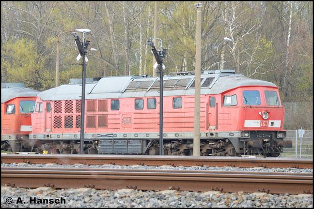233 652-7 ist seit 10.06.2013 in Chemnitz z-gestellt. Am 14. April 2016 steht sie mit 233 179-1, scheinbar zum Abtransport, vorm Lokschuppen der RISS