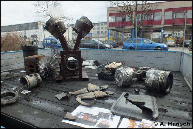 """Innenleben: Auch die gewaltigen Zylinderköpfe der Baureihe 130 sind nicht vor """"Kolbenfressern"""" sicher. (31. März 2012, Bw Dresden Altstadt)"""