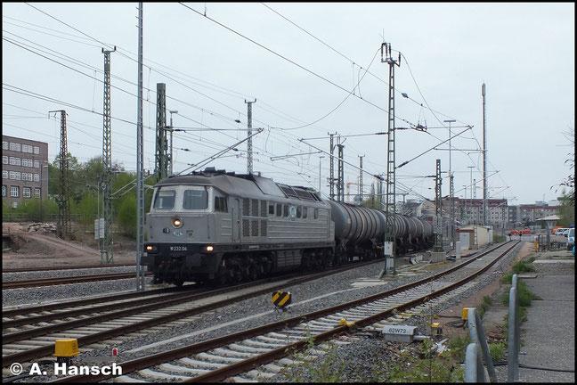 ...bevor sie später mit Knickkesselwagenzug aus Chemnitz Küchwald wieder den Hbf. von Chemnitz durchfährt. Es handelt sich hierbei um die ex DR 142 004-1