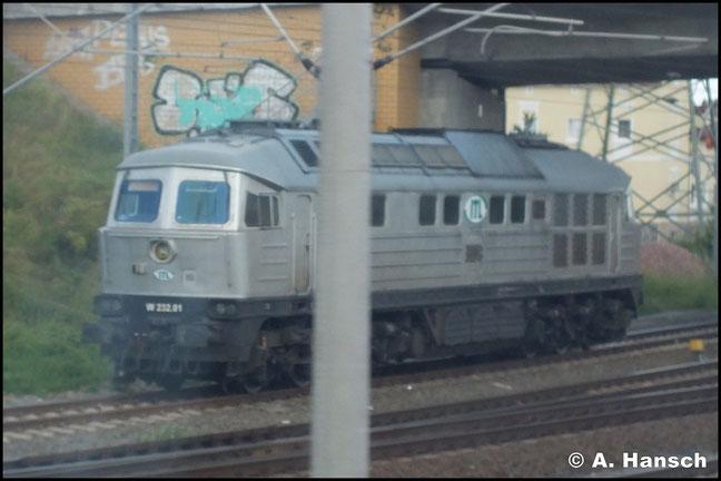 """Bei 232 001-1 (ITL W232.01) handelt es sich um die ehemalige 142 003-3 bzw. 242 003-2, eine der """"Superludmillas"""" mit einer Motorleistung von 4000 PS. Am 22. Juni 2013 erwischte ich die Lok mehr schlecht als recht aus dem Zug in Bitterfeld Bf."""